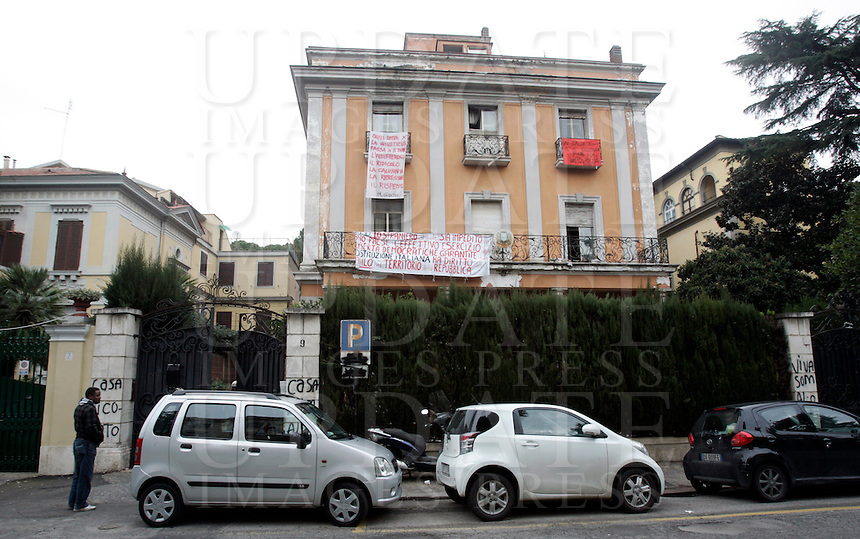 Rifugiati somali nell'ex ambasciata di Somalia a Roma, 29 dicembre 2010..Circa 200 rifugiati somali vivono in condizioni igieniche precarie nell'edificio che ospitava l'ambasciata e che e' stato abbandonato dopo la caduta del governo somalo negli anni Novanta..A view of the former Somalian embassy in Rome, 29 december 2010. About 200 refugees live  in precarious hygienic conditions in the building, which is still the property of the Somali government but was abandoned after the collapse of the government in Mogadishu in the 1990s..© UPDATE IMAGES PRESS/UPDATE IMAGES PRESS/Riccardo De Luca