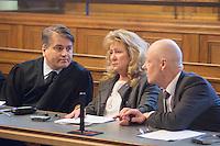 Die Eltern des ermordeten Luke Holland, Rita und Philip Holland, vor Prozessbeginn im Saal. // Im Berliner Landgericht beginnt der Prozess gegen Rolf Zielezinski nach dem Mord an Luke Holland.
