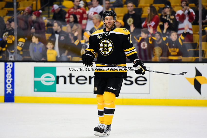 Tuesday, January 24, 2017: Boston Bruins center Dominic Moore (28) warms up for the National Hockey League game between the Detroit Red Wings and the Boston Bruins held at TD Garden, in Boston, Mass. Boston defeats Detroit 4-3 in overtime. Eric Canha/CSM