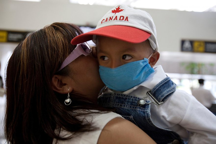 April 26, 2009 - Mexico City, Mexico - Residents of the Mexican capital wear surgical masks to protect themselves from the swine Flu in the metro. Photo credit: Benedicte Desrus / Sipa Press