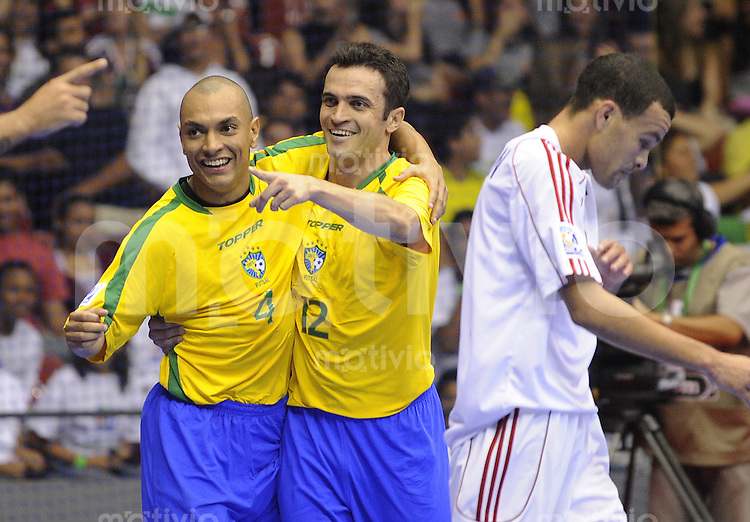 Fussball  International  FIFA  FUTSAL WM 2008   08.10.2008 Vorrunde Gruppe A Brasilien - Cuba Brazil - Cuba Ari und Falco (von links, BRA) jubeln nach einem Tor, rechts Fernando Chapman (CUB)
