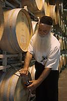 """Asie/Israël/Galilée/Zichron Yaacov: le gardien religieux des caves de l'établissement viticole """"Carmel Mizrachi"""", Moshavim, fondé en 1882 par le Baron Edmond de Rotschild [Non destiné à un usage publicitaire - Not intended for an advertising use]"""