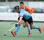 WASSENAAR - Hoofdklasse hockey heren, HGC-Bloemendaal (0-5).  Steijn van Heijningen (HGC)  met Xavi Lleonart Blanco (Bldaal)    COPYRIGHT   KOEN SUYK