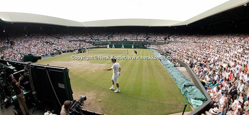 5-7-06,England, London, Wimbledon, quarter finals, Roger Federer on centre court
