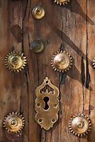 ESP, Spanien, Andalusien, Provinz Cádiz, Arcos de la Frontera: alte Tuer, Tuerschloss, Beschlaege   ESP, Spain, Andalusia, Province Cádiz, Arcos de la Frontera: old door, lock
