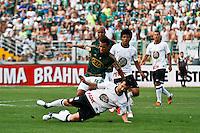 ATENÇÃO EDITOR: FOTO EMBARGADA PARA VEÍCULOS INTERNACIONAIS SÃO PAULO,SP,16 SETEMBRO 2012 - CAMPEONATO BRASILEIRO - PALMEIRAS x CORINTHIANS - Douglas jogador do Corinthians durante partida Palmeiras x Corinthians válido pela 25º rodada do Campeonato Brasileiro no Estádio Paulo Machado de Carvalho (Pacaembu), na região oeste da capital paulista na tarde deste domingo (16).(FOTO: ALE VIANNA -BRAZIL PHOTO PRESS)