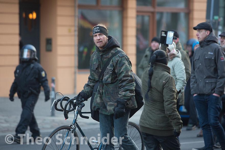 """Früherer Neuköllner BVV-Verordneter Jan Sturm (NPD) // Rund 300 Rechte, darunter Neonazis und AfD-Anhänger, versammelten sich unter dem Motto """"Nein zur GroKo"""" in Berlin."""