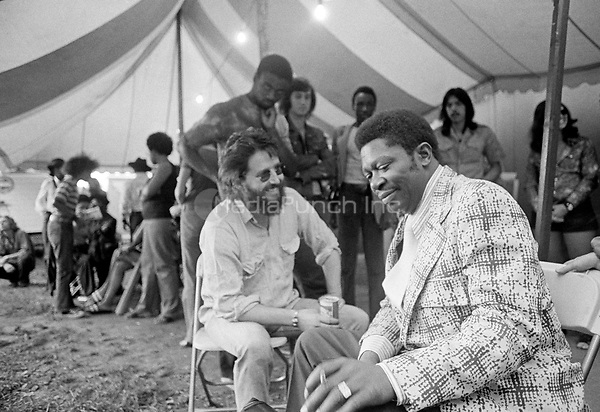 Never before published images of B.B. King backstage in Boston in the summer of 1971. He is joined by Bonnie Raitt and Paul Butterfield. © Peter Tarnoff / MediaPunch