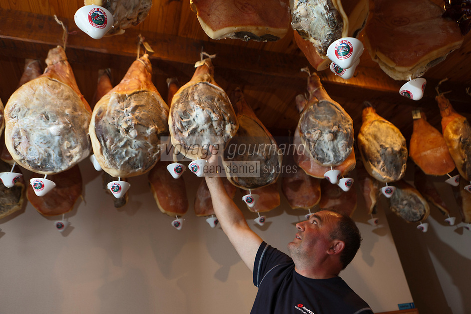 Europe/France/Auvergne/15/Cantal/Saint-Illide: Laurent  Fleys  et les jambons maison dans la boutique de la Ferme-Auberge du Bruel [Non destiné à un usage publicitaire - Not intended for an advertising use]