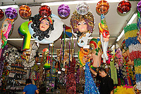 SAO PAULO, SP, 09 DE JANEIRO 2012 – FANTASIAS CARNAVAL - Comecam as vendas de artigos para o Carnaval nas Ruas 25 de Marcos e Ladeira Porto Geral, na regiao central de Sao Paulo, nesta manha de segunda feira .FOTO: DEBBY OLIVEIRA - NEWS FREE
