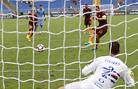 Calcio, Serie A: Roma vs Sampdoria. Roma, stadio Olimpico, 11 settembre 2016.<br /> Roma&rsquo;s Francesco Totti kicks to score the winning goal on a penalty kick during the Italian Serie A football match between Roma and Sampdoria at Rome's Olympic stadium, 11 September 2016. Roma won 3-2.<br /> UPDATE IMAGES PRESS/Riccardo De Luca