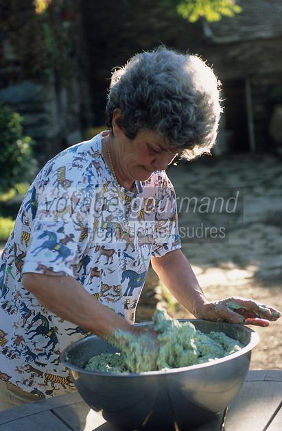 """Europe/France/Corse/2B/Haute-Corse/Nebbio/Murato: La soeur de Pauline Julliard prépare les """"Storzapretti à la Bastiaise"""" (blettes broccio) - A la ferme """"Campo Di Monte"""""""