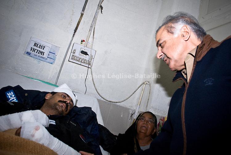 Shebbaz Sharif, frère du leader du PML-N Nawaz Sharif, rend visite à un policier blessé au lendemain de l'attentat suicide qui fit 25 victimes  à Lahore le 10 janvier. Fief de la famille Sharif, la ville avait été jusque là épargnée par la violence.