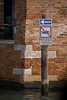 Canal a sens unique. (Venise, Octobre 2006)