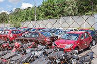 SÃO JOSÉ DOS PINHAIS, PR, 06.03.2014 - APREENSÃO / VEÍCULOS  - Cerca de trinta e cinco veículos novos estão apreendidos no pátio de apreensão da PRF, no KM 59, desde a noite da última quarta-feira (05). Os Veículos da Renault circulavam irreguladamente sem documentação ou nota fiscal de compra, na rodovia BR 277, em São José dos Pinhais, região metropolitana de Curitiba. Segundo a PRF Samara, a liberação dos carros, só poderão sair depois da apresentação da Nota Fiscal de regularização dos Veículos.(Foto: Paulo Lisboa / Brazil Photo Press)