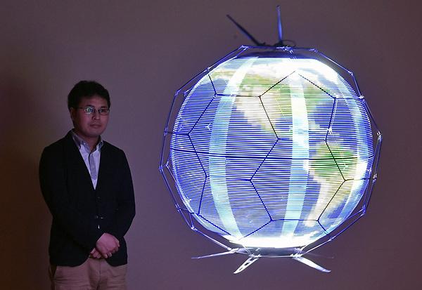 FRA02 TOKIO (JAPÓN) 16/06/2017.- Wataru Yamada, empleado de NTT Docomo Research Laboratories, observa un dron esférico que proyecta imágenes LED durante una demostración en el centro Docomo R&D en Yokosuka, al sur de Tokio (Japón) el 14 de junio de 2017. Una empresa nipona ha desarrollado el primer dron esférico del mundo capaz de reproducir imágenes al vuelo, un aparato que podría emplearse en espectáculos, eventos deportivos o incluso para ayudar a la población en catástrofes naturales. EFE/Franck Robichon