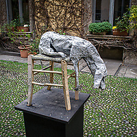 Eventi del Fuorisalone nelle strade di Milano, in occasine del Salone Internazionale del Mobile..Una scultura in un cortile di Corso Garibaldi ..The events of Fuorisalone around the city during the Furniture International Show in Milan. A sculpture in a courtyard of Corso Garibaldi