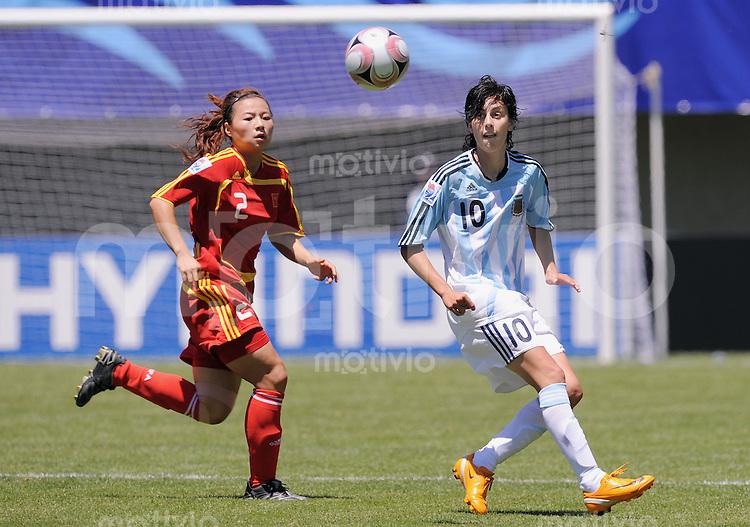 Fussball Frauen FIFA U 20  Weltmeisterschaft 2008     18.11.2008 China - Argentinien Maria Potassa (vorn, ARG) gegen Lingling Wang (CHN)