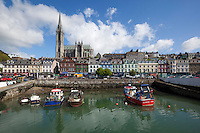 Ireland, County Cork, Cobh: View across fishing harbour to St. Colman's Cathedral | Irland, County Cork, Cobh: Hafen mit St. Coloman's Kathedrale