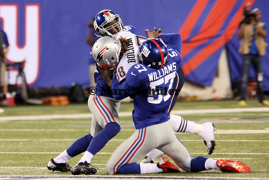RB Brandon Bolden (Patriots) wird von LB Keith Rivers und LB Jacquain Williams (Giants) gestoppt