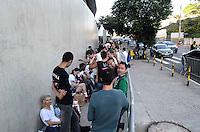 SAO PAULO, SP, 04 DEZEMBRO 2012 - FAS MADONNA -  Fila de fãs nos arredores do Estádio do Morumbi, na capital paulista, para o show da cantora Madonna, que acontece na noite desta terça-feira. (FOTO: ADRIANO LIMA / BRAZIL PHOTO PRESS).