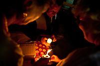 Francia, Camargue, Saintes Maries de la mer: la festa gitana in onore di Santa Sara la Nera, che si tiene ogni anno il 24 e 25 maggio. Il rituale prevede il trasporto della statua della santa dal mare alla terraferma e poi festeggiamenti con canti e balli. Nell'immagine: alcuni fedeli accendono dei ceri in onore della santa.<br /> Feast of the Gypsies, May 25 veneration of Saint Sarah the black Saintes Maries de la Mer, Camargue,