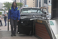SAO PAULO, SP, 07/06/2014, ACIDENTE AV. PAULISTA. Um veiculo perdeu a direcao e entrou na estacao Brigadeiro do Metro, que fica na Av. Paulista. No veiculos estavam quatro turistas colombianas que nao ficaram feridas.Luiz Guarnieri/ Brazil Photo Press.