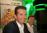 30-9-09, Amsterdam, Tennis, Persconferentie ABNAMROWTT, Richard Krajicek geeft de eerste spelers namen vrij, rechts van hem perschef Dimitri Bonthuis.