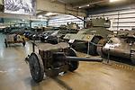 Foto: VidiPhoto<br /> <br /> BASTOGNE – Op 16 december is het precies 75 jaar geleden dat Hitler een laatste serieuze poging deed om de geallieerde opmars tot stilstand te brengen en de haven van Antwerpen in handen te krijgen. Het Ardennenoffensief was tegen de zin van de Duitse generaals, omdat er onvoldoende getrainde manschappen beschikbaar waren en nauwelijks brandstofvoorraden. In totaal kwamen er 160.000 militairen aan zowel Duitse als geallieerde zijde om het leven. Ion Bastogne en omgeving zijn er diverse oorlogsmusea en monumenten die herinneren aan het Ardennenoffensief. Foto: De loods met pantservoertuigen in Bastogne Barracks.