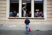 Milano, occupazione e autogestione del liceo Manzoni contro la riforma dell'istruzione. Studenti alle finestre e in cortile durante un'assemblea --- Milan, occupation and self-management of Manzoni high school against the school reform. Students at the windows and in the schoolyard during an assembly