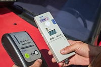 CURITIBA, PR, 15 DE DEZEMBRO 2013 –  TRÂNSITO / ACIDENTE / ALCOOLIZADO. Um motorista embriagado causou um acidente ao colidir com um táxi,  na tarde deste domingo(15), ao não respeitar o sinal vermelho, em um cruzamento na Alameda Dr. Carlos de Carvalho, no bairro centro, em Curitiba. Teste de bafômetro foi realizado em ambos condutores e o proprietário do veiculo gol vermelho ficou comprovado alto nível alcoólico de 2.00 [mg/l], muito além da dosagem mínima.Na foto resultado do teste do bafômetro do dono do gol vermelho.  (FOTO: PAULO LISBOA  / BRAZIL PHOTO PRESS)