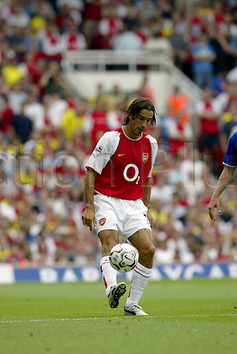 August 16, 2003: ROBERT PIRES controls the ball, ARSENAL 2 v Everton 1, Barclaycard Premiership, Highbury. Photo: Glyn Kirk/Action Plus...Soccer Football 030816 premier player