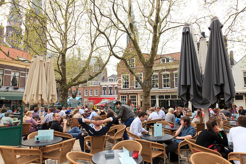 Pays-Bas, Delft, place Beestenmarkt avec terrasses de café // Netherlands, Delft, square Beestenmarkt with cafe terraces