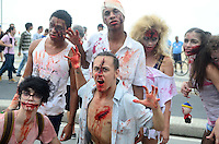 RIO DE JANEIRO, RJ, 02.11.2015 - ZOMBIE-WALK - Movimentação de pessoas fantasiadas durante o Zombie Walk, na orla de Copacabana no Rio de Janeiro, nesta segunda-feira (2). (Foto: Jorge Hely/Brazil Photo Press)