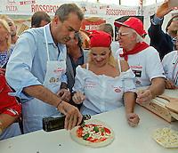 il Sindaco di Napoli Luigi De Magistrisprepara una pizza durante il 14° Campionato mondiale dei Pizzaiuoli  dove presiede la giuria e festival della pizza sul lungomare di Napoli