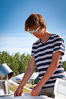 A scout from sweden is doing the dishes in winter town. Photo: André Jörg/ Scouterna