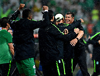 MEDELLÍN - COLOMBIA, 19-05-2018: Jorge Almiron (Der.), técnico de Atlético Nacional celebra la clasificación  a la siguiente fase después de vencer a Deportivo Cali, en partido de vuelta de los cuartos de final entre Atlético Nacional y Deportivo Cali, por la Liga Águila I 2018, jugado en el estadio Atanasio Girardot de la ciudad de Medellín. / Jorge Almiron, coach of Atletico Nacional celebrates the qualification to the next phase after defeating Deportivo Cali,  in a match of the quarter finals of the second leg between Atletico Nacional and Deportivo Cali for the Aguila League I 2018, played at Atanasio Girardot stadium in Medellin city. Photo: VizzorImage / León Monsalve / Cont.