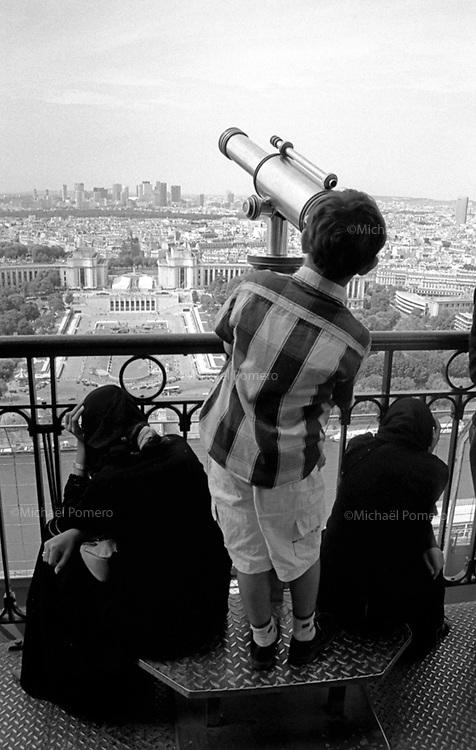 08.2003 <br /> <br /> Young boy looking Paris from eiffel tower.<br /> <br /> Jeune garcons regardant paris depuis la tour eiffel.