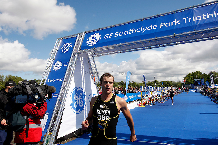 Photo: Richard Lane/Richard Lane Photography. GE Strathclyde Park Triathlon. 22/05/2011. Elite Men race. Adam Bowden.