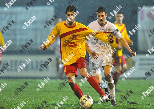2012-12-22 / voetbal / seizoen 2012-2013 / Oosterzonen - FC Duffel / Maico Gerritsen (l) (Oosterzonen) schermt de bal af tegen Bavo Meeus (r) (Duffel)