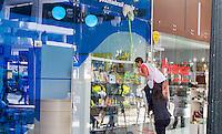CURITIBA, PR, 08.03.2014 - PERIGO NO TRABALHO - Trabalhadora realiza limpeza em fachada de loja sem a utilização de material de segurança (IPEIS), na tarde deste sábado (08). O uso de EPI é legalmente falando da CLT (Consolidação das Leis do Trabalho) por meio do Decreto Lei N° 5.452 de 1° de Maio de 1943, em seu artigo 160 foi determinado que em todas as atividades exigidas o empregador forneceria EPI.(Foto: Paulo Lisboa / Brazil Photo Press)