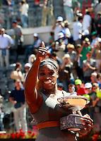 La statunitense Serena Williams solleva il trofeo dopo aver vinto la finale femminile degli Internazionali d'Italia di tennis a Roma, 18 maggio 2014.<br /> United States' Serena Williams holds the trophy after winning the women's final match of the Italian open tennis tournament, in Rome, 18 May 2014.<br /> UPDATE IMAGES PRESS/Isabella Bonotto