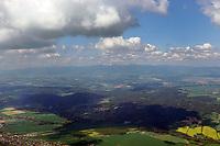 Flug durch Ost Böhmen:  TSCHECHIEN , 09.05.2016: Flug durch Ost Böhmen, Blickrichtung Nord, Berg mit Schnee ist die 1602 Meter hohe Schneekoppe