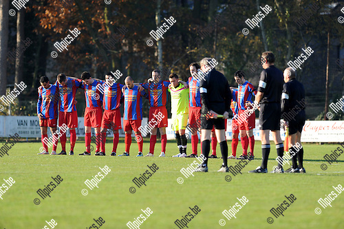 2011-11-20 / Voetbal / seizoen 2011-2012 / Ex. Kaart - Rapid Leest / Een minuut stilt voor aanvang van de wedstrijd ter nagedachtenis van Bobsam Elejiko..Foto: Mpics