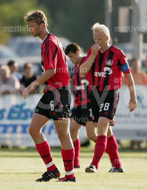 Fussball International Testspiel FC Wil - Bayer Leverkusen Enttaeuscht Bayer, Simon Rolfes (li) und Carsten Ramelow