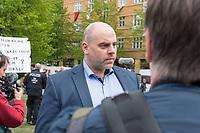 """Auf und rund um den Rosa-Luxemburg-Platz in Berlin-Mitte haben am Samstag den 25. April 2020 mehrere hundert Menschen gegen die Einschraenkungen im Zuge der Massnahmen zur Eindaeemung der Covid-19-Pandemie protestiert. Rechtsextremisten, Hooligans, Antisemiten, Verschwoerungstheoretiker und AfD-Politiker hatten zu einer sogenannten """"Hygiene-Demo"""" versammelt. Vereinzelt protestierten Menschen am Rande gegen diese Demonstration.<br /> Die Polizei war mit mehreren hundert Beamten im Einsatz und nahm mehr als 100 Personen fest.<br /> Im Bild: Lars Guenther, Mitglied der Fraktion der """"Alternative fuer Deutschland"""" (AfD) im brandenburgischen Landtag.<br /> 25.4.2020, Berlin<br /> Copyright: Christian-Ditsch.de<br /> [NUR FUER REDAKTIONELLE ZWECKE! Werbung nur auf Anfrage beim Fotografen. Inhaltsveraendernde Manipulation des Fotos nur nach ausdruecklicher Genehmigung des Fotografen. Vereinbarungen ueber Abtretung von Persoenlichkeitsrechten/Model Release der abgebildeten Person/Personen liegen nicht vor. NO MODEL RELEASE! Don't publish without copyright Christian-Ditsch.de, Veroeffentlichung nur mit Fotografennennung, sowie gegen Honorar, MwSt. und Beleg. Konto: I N G - D i B a, IBAN DE58500105175400192269, BIC INGDDEFFXXX, Kontakt: post@christian-ditsch.de<br /> Bei der Bearbeitung der Dateiinformationen darf die Urheberkennzeichnung in den EXIF- und  IPTC-Daten nicht entfernt werden, diese sind in digitalen Medien nach §95c UrhG rechtlich geschuetzt. Der Urhebervermerk wird gemaess §13 UrhG verlangt.]"""