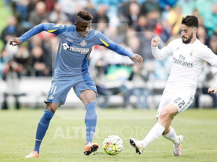 Getafe's Karim Yoda (l) and Real Madrid's Isco Alarcon during La Liga match. April 16,2016. (ALTERPHOTOS/Acero)