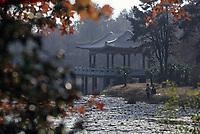 Asie/Chine/Jiangsu/Nankin: Le mausolée du Docteur Sun Yat Sen - Petit pavillon sur le lac à côté du mausolée<br /> PHOTO D'ARCHIVES // ARCHIVAL IMAGES<br /> CHINE 1990