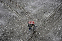 Persone a piedi sotto la neve.People walk in the snow.Maltempo.Bad weather.Neve a Roma.Snow in Rome....