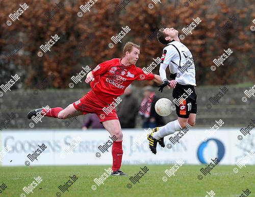 2011-02-06 / Voetbal / seizoen 2010-2011 / Willebroek-Meerhof - Overijse / Mike Michiels met een duwfout op Mickael Van Ransbeeck (WM)..Foto: mpics